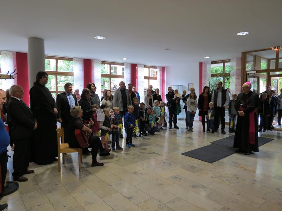 Kinderhauskinder empfangen Bischof Rudolph Voderholzer