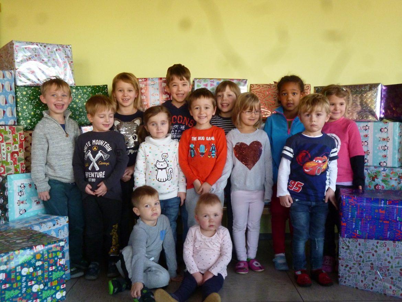 Kinder und Familien sammeln für Johanniterweihnachtstrucker