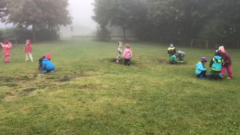 Eltern erhalten Einblick in die pädagogische Arbeit in der Waldgruppe